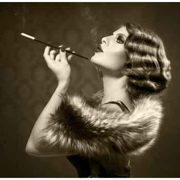 Πορτρέτο όμορφης γυναίκας με τσιγάρο