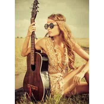 Σέξι κορίτσι κάθεται μαζί με την κιθάρα της
