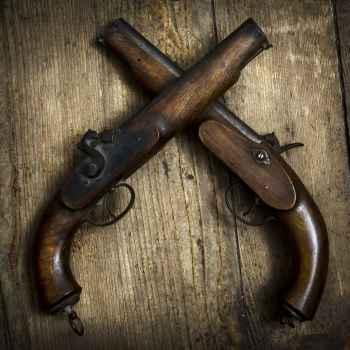 Πιστόλια σε ξύλινο φόντο