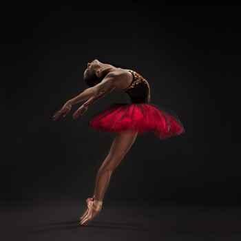 Χορεύτρια μπαλέτου σε σκούρο φόντο
