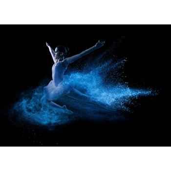Χορεύτρια πηδάει μέσα σε μπλε σκόνη