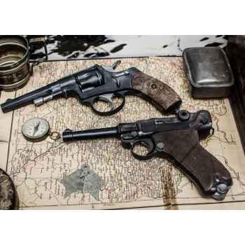 Δύο όπλα πάνω σε χάρτη
