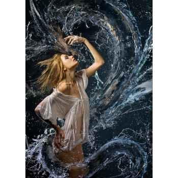 Γυναίκα παίζει με το νερό