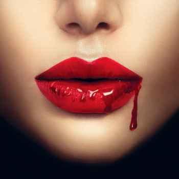 Γυναικεία χείλη βαμπίρ