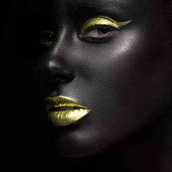 Πορτρέτο γυναίκας με σκούρο μακιγιάζ