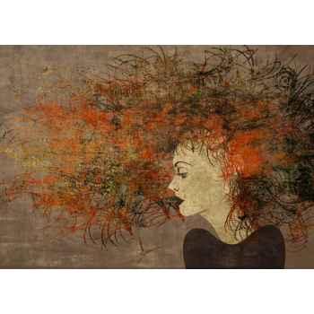Κοπέλα με σκούρα κόκκινα μαλλιά