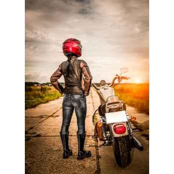 Κοπέλα με την μοτοσικλέτα της