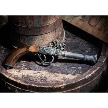 Παλιό όπλο σε ξύλινο τραπέζι