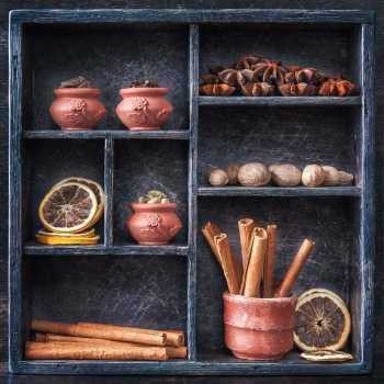 Μπαχαρικά σε ξύλινο δίσκο