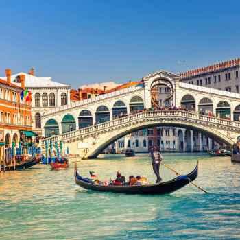 Γόνδολα κάτω από την γέφυρα Rialto στην Ιταλία