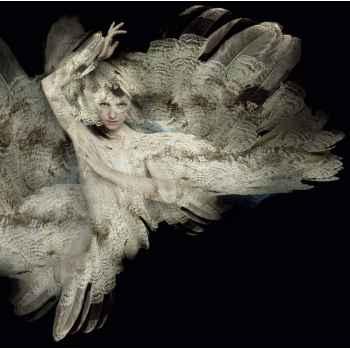 Πορτρέτο όμορφης γυναίκας με φτερά
