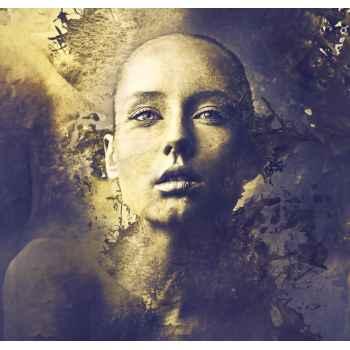 Όμορφη γυναίκα σε χρυσό φόντο