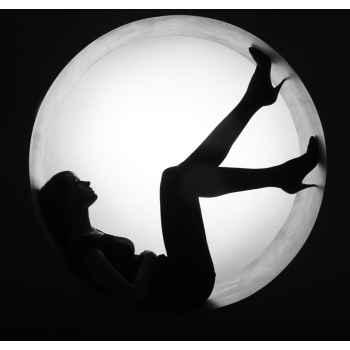 Κομψή σιλουέτα γυναίκας μέσα σε κύκλο