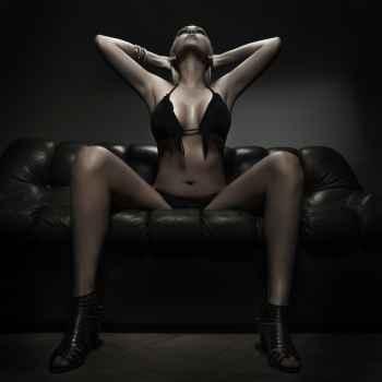 Γυναίκα κάθεται στον καναπέ