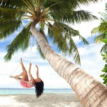 Χαρούμενη γυναίκα σε τροπικό νησί
