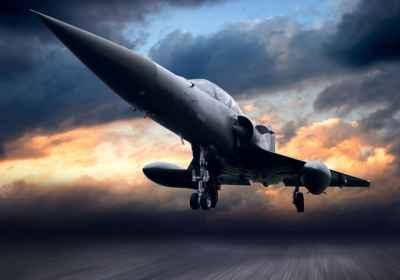 Στρατιωτικό αεροπλάνο στο ηλιοβασίλεμα