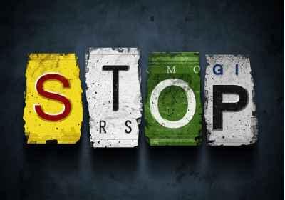 Η λέξη stop από πινακίδες αυτοκινήτων