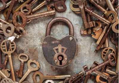 Κλειδαριά με σκουριασμένα κλειδιά