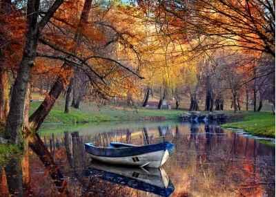 Πολύχρωμο φθινοπωρινό τοπίο