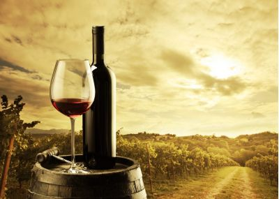 Κόκκινο κρασί πάνω σε ξύλινο βαρέλι
