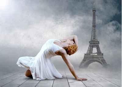Χορευτική φιγούρα μπροστά από τον πύργο του Αϊφελ