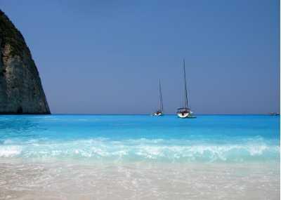 Παραλία της Ελλάδας με ιστιοφόρα