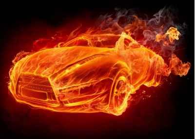 Φλεγόμενο αυτοκίνητο σε σκούρο φόντο