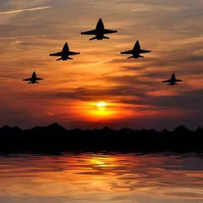 Μαχητικά αεροπλάνα στο ηλιοβασίλεμα