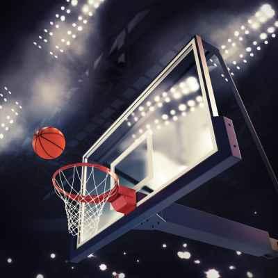 Μπάλα του μπάσκετ μπαίνει καλάθι