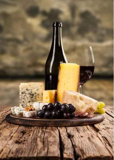 Ποικιλία τυριών με κόκκινο κρασί