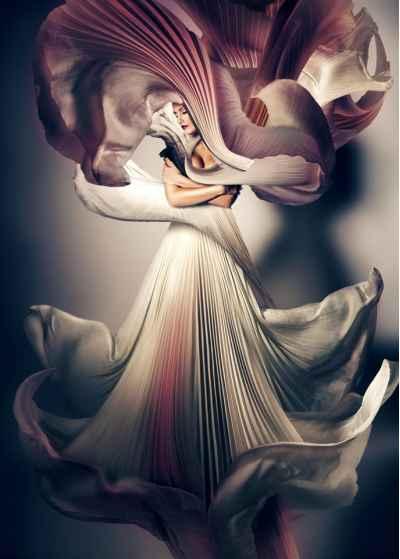 Μυστηριώδες γυναίκα σε αέρινο φόρεμα
